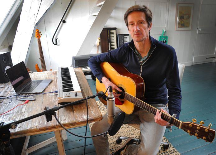 Singer-songwriter Thomas Lina op zijn muziekkamer annex opnamezolder.