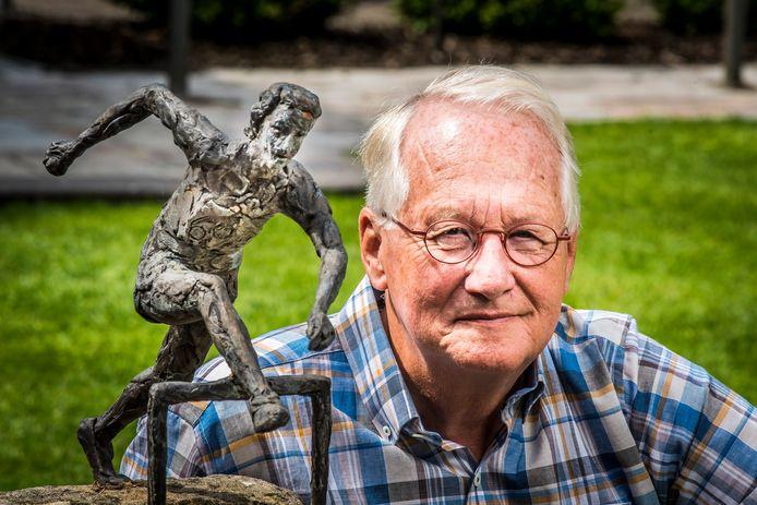 Fedde Zwanenburg met in zijn tuin een replica van het beeld van Fanny Blankers Koen.