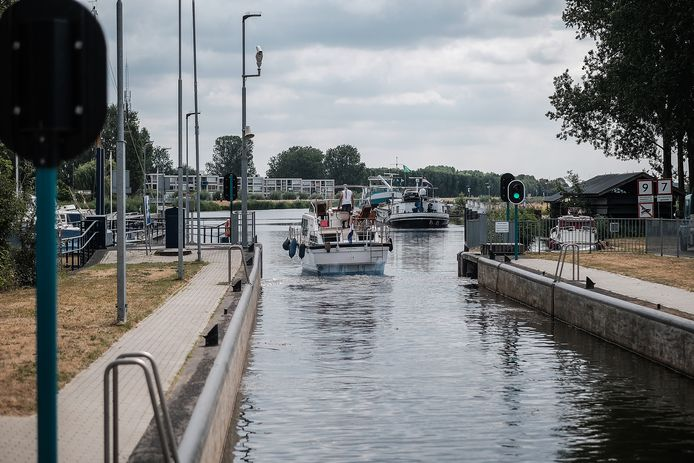 Een boot vaart bij Doesburg de Oude IJssel op.