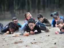 Commando zijn, is meer dan eten met vieze handen: Helmondse klassen krijgen les van bekende stadgenoot