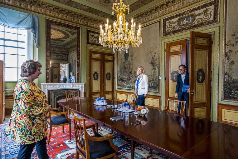 Mark Rutte en Sigrid Kaag op een gesprek met informateur Mariëtte Hamer over de kabinetsformatie.  Beeld ANP