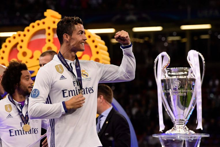 Real Madrid's Portuguese striker Cristiano Ronaldo celebrates next to the trophy after Real Madrid won the UEFA Champions League final football match between Juventus and Real Madrid at The Principality Stadium in Cardiff, south Wales, on June 3, 2017. / AFP PHOTO / JAVIER SORIANO Beeld null