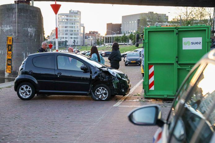 De auto waarmee een 26-jarige Arnhemse op een container op de Nieuwe Kade botste, raakte zwaar beschadigd. De bestuurster was niet in het bezit van een geldig rijbewijs.