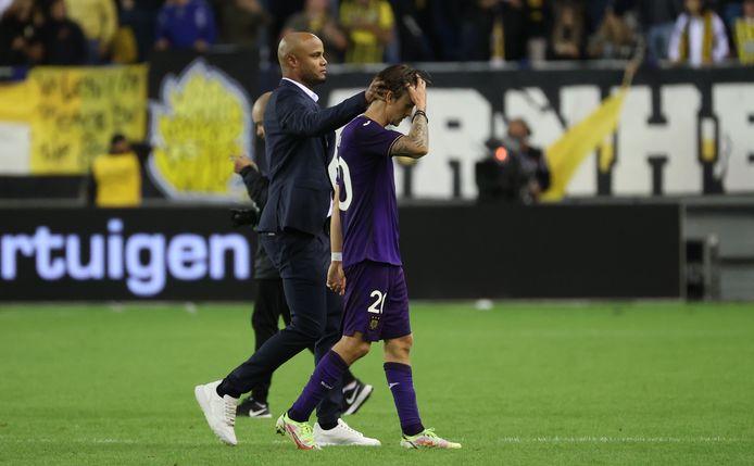 Vincent Kompany (l) met Anderlecht-speler Kristoffer Olsson.