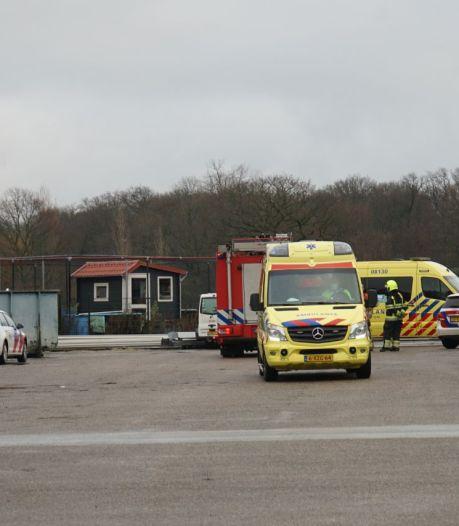 Oplegger valt op monteur in Bergharen, brandweer bevrijdt zwaargewonde man