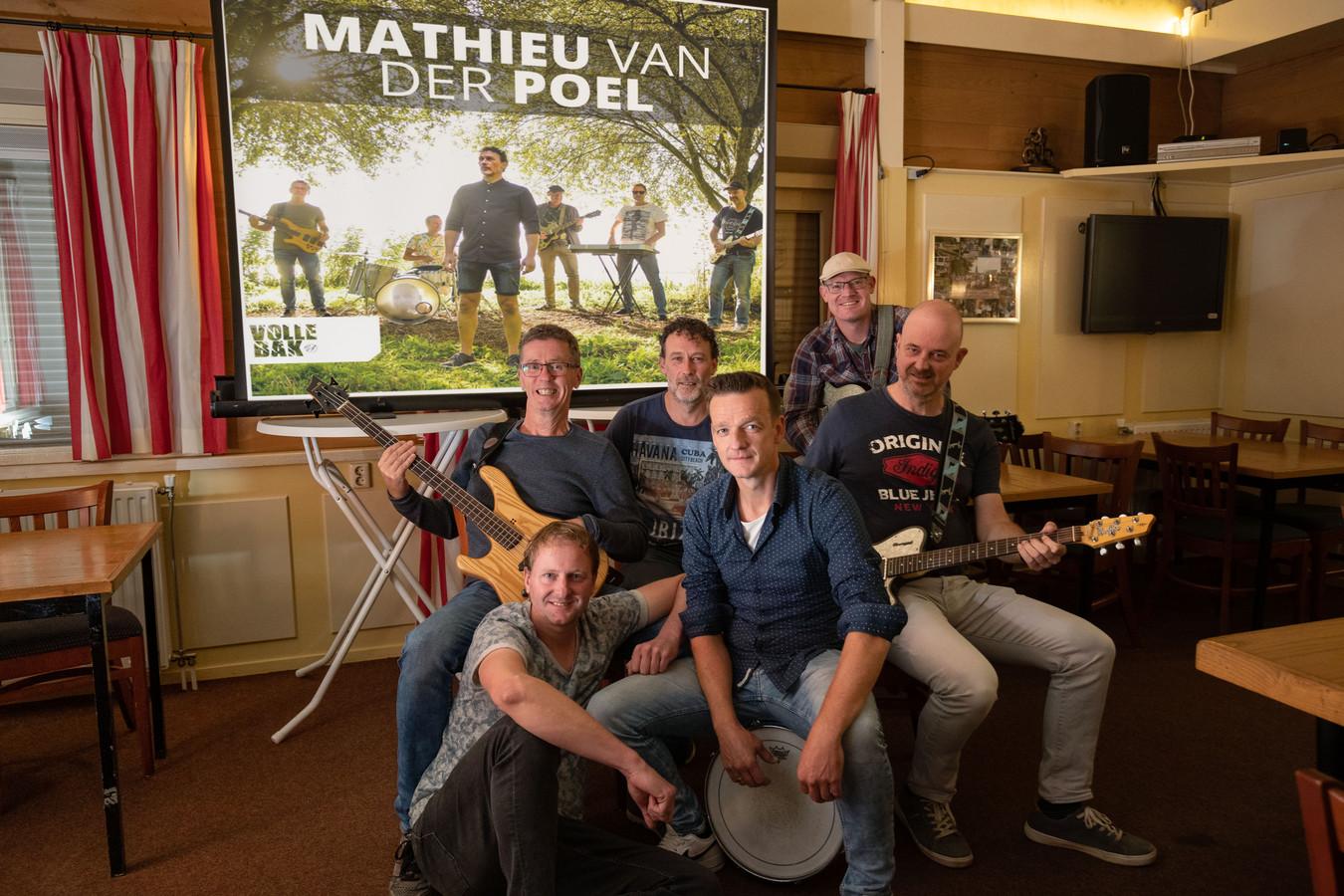Een enthousiaste groep van regionale muzikanten heeft een song opgenomen ter ere van wielrenner Mathieu van der Poel. 'Volle Bak' is de naam. De bandleden zijn Martin Bakker, Gerben Beens, Jan Willem Bennink, Jerry Hoekman en Harry van Rees (allen uit Genemuiden), Hendri Bredewold uit Hasselt en Robert Mulder uit Kampen.