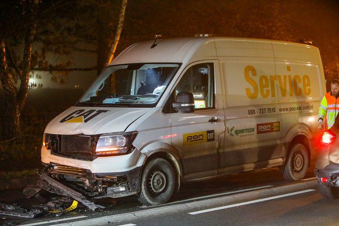 Het busje dat bij het ongeval betrokken was, zit in de prak.