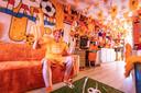 Ook de woonkamer van Hakkenbroek is volledig oranje.