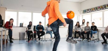 Éven geen alledaagse lessen: Amersfoortse leerlingen krijgen masterclass van straatvoetballegende Touzani