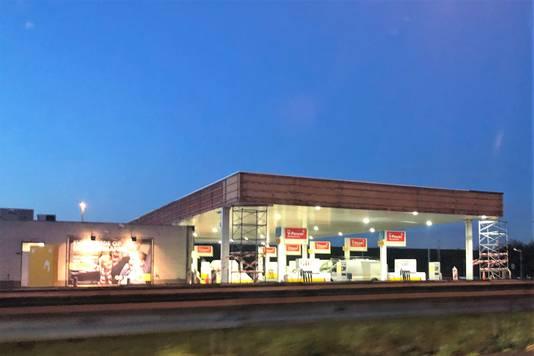 Shell station Maatveld langs de A20 bij Nieuwerkerk aan den IJssel is een van de vele tientallen stations waar de dakconstructie wordt gecontroleerd en versterkt waar nodig.