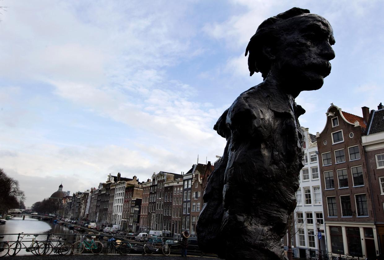 Een beeld van Multatuli op de Torenslui in Amsterdam.