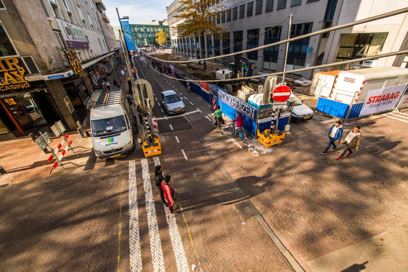 Werkzaamheden in 2018 aan de Vestdijk, bij de kruising met de Nieuwstraat (links) en de Dommelstraat. Proefstroken met beton en klinkers die toen aangelegd zijn, worden nu door asfalt vervangen.