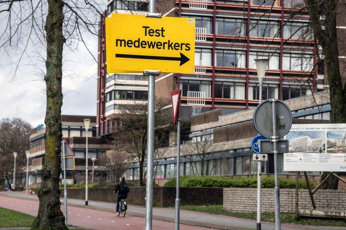 Bordje 'Test medewerkers' bij het coronatestcentrum van het Radboudumc