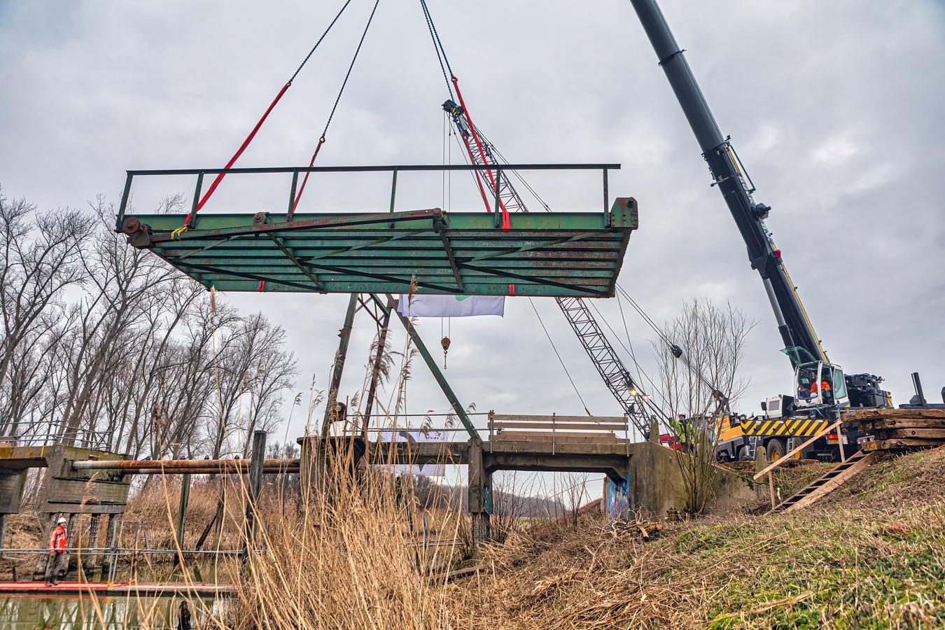 De restauratie van de brug Jannezand in Hank is nu officieel gestart met het uitnemen van het brugval.
