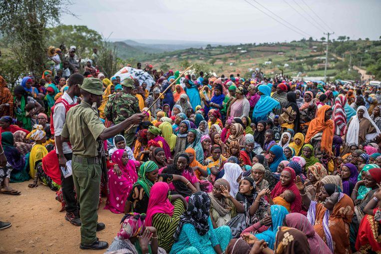 Ethiopische vrouwen wachten in een vluchtelingenkamp in buurland Kenia op hulp van het Rode Kruis. Beeld AFP