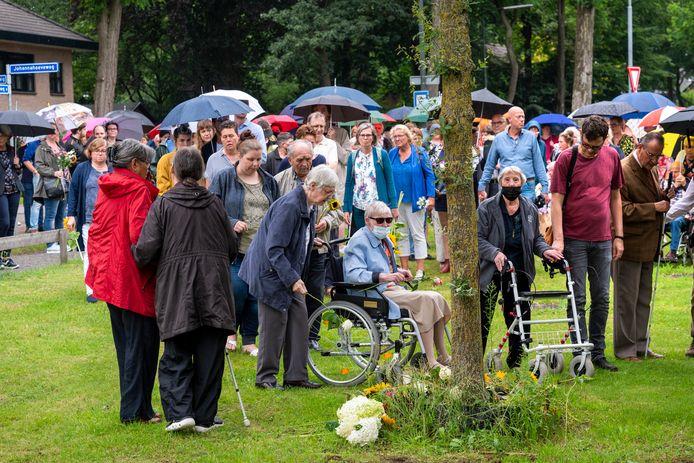 Bloemlegging ter nagedachtenis aan het slachtoffer van het tragische ongeval op de spoorwegovergang in Wolfheze.