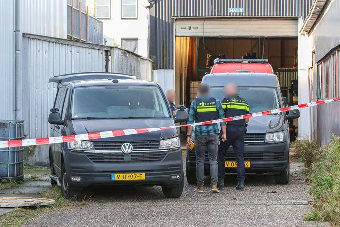 De politie was woensdag met een grootschalig onderzoek in een bedrijfspand in Emmeloord.