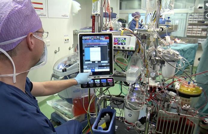 Een perfusionist van het St. Antoniusziekenhuis bedient de nieuwe hart-longmachine.