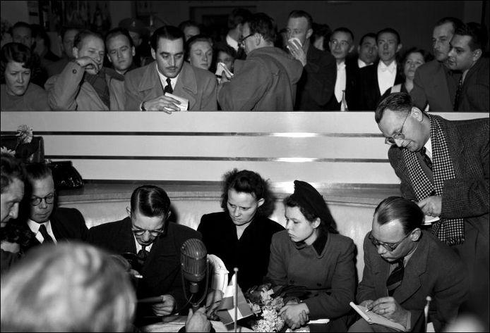 Mari Bertha Hertogh, haar vader en moeder tijdens een persconferentie in het Schiphol-restaurant na aankomst vanuit Singapore.