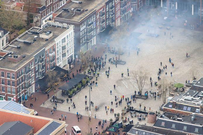 Supporters van SC Cambuur vieren met geel-blauwe vlaggen de promotie van hun club naar de Eredivisie. De voetbalselectie vloog met een helikopter over de stad omdat een huldiging met fans op een plein er vanwege het coronavirus niet in zat.