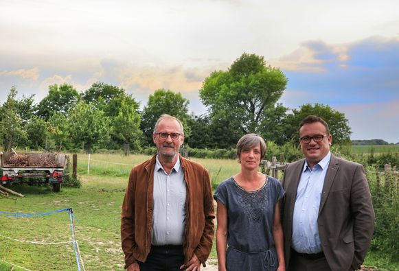 op de foto: vlnr. Tim Denutte van Regionaal Landschap Westhoek, Griet Pype van 't Heuvelhof in Dranouter die een project doet en gedeputeerde Jurgen Vanlerberghe.