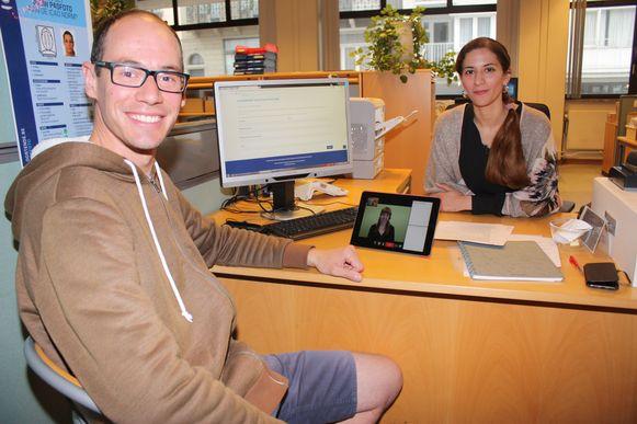 Niels Dewulf (30) werkt bij de stad Oostende en hielp het systeem testen. Hij is doof en heel blij met de doventolk.
