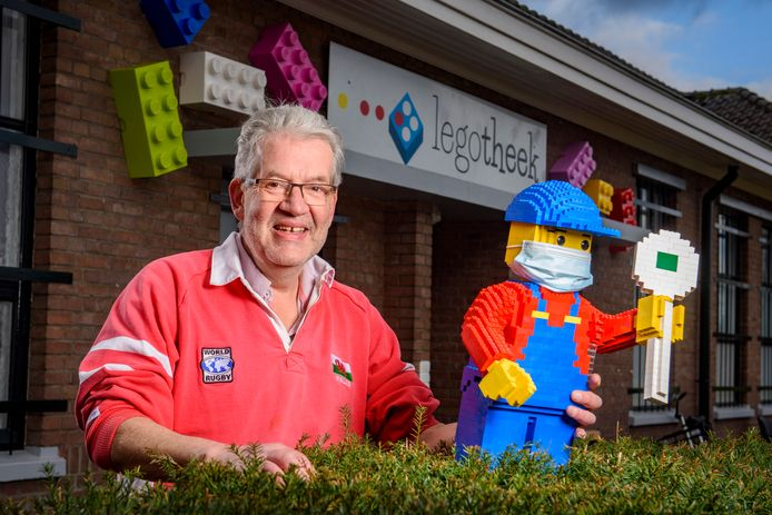 Jeroen Snijders Blok en zijn collega's maken overuren in de Legotheek in Eefde. ,,Bij het begin van de coronacrisis, maart vorig jaar, waren 625 gezinnen lid van de Legotheek. Nu zijn dat er 825. Echt ongekend, we hebben zoiets nog nooit eerder meegemaakt.''