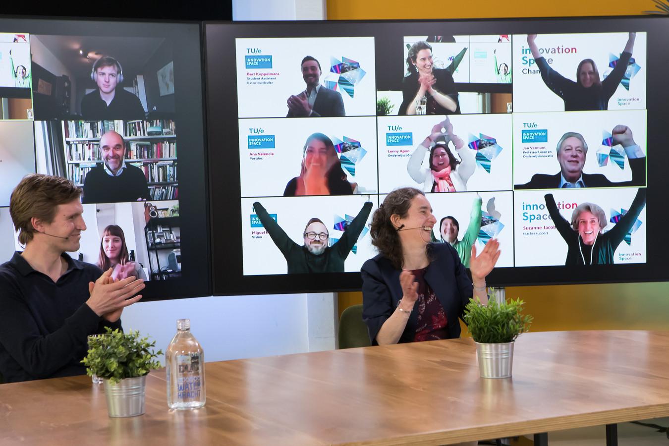 Gejuich bij teamleden na de online bekendmaking, TU/e innovation Space wint de Nederlandse Hogeronderwijspremie 2021.