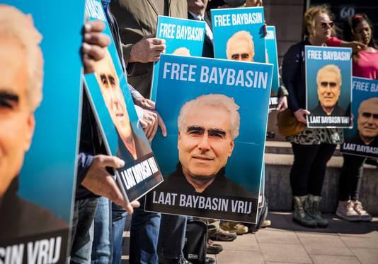 Steunbetuigingen aan het adres van de tot levenslang veroordeelde Koerdische Huseyin Baybasin voor het Paleis van Justitie.