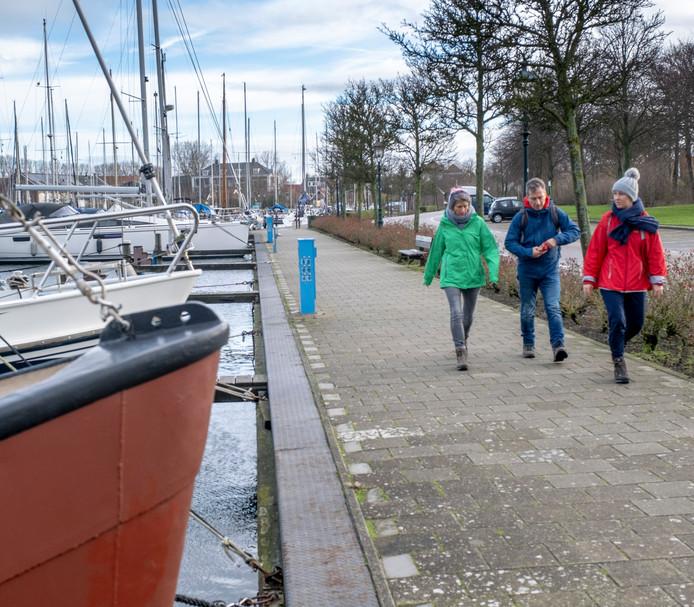 De wandelroute door Brouwershaven voert uiteraard ook langs de haven.