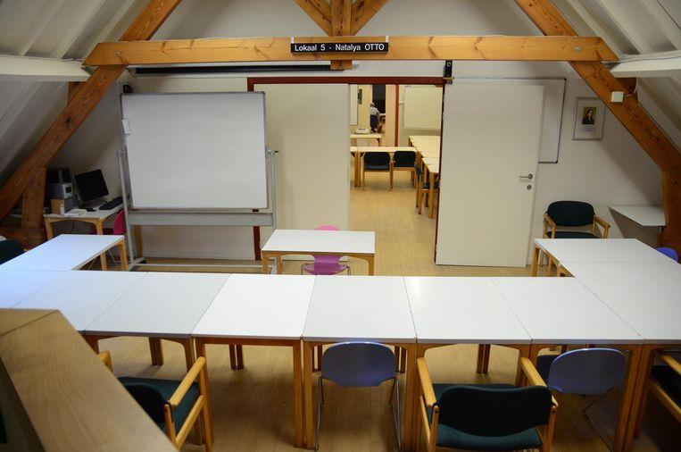 Het leslokaal met op de dwarsbalk het naambord.