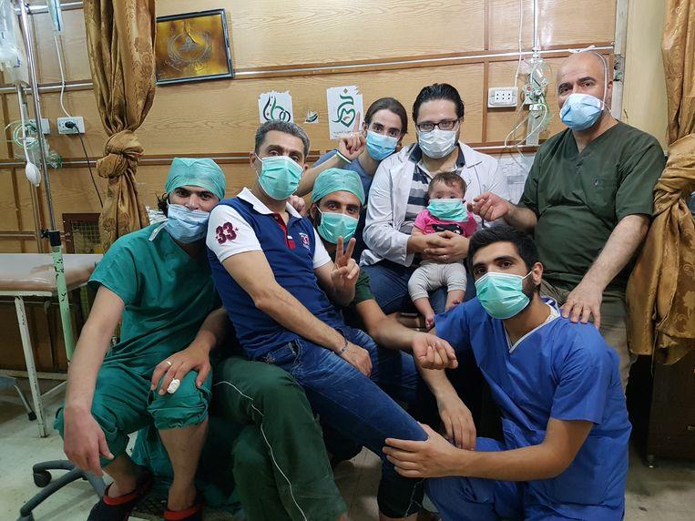 Noodarts Hamza met het ziekenhuispersoneel. Beeld RV