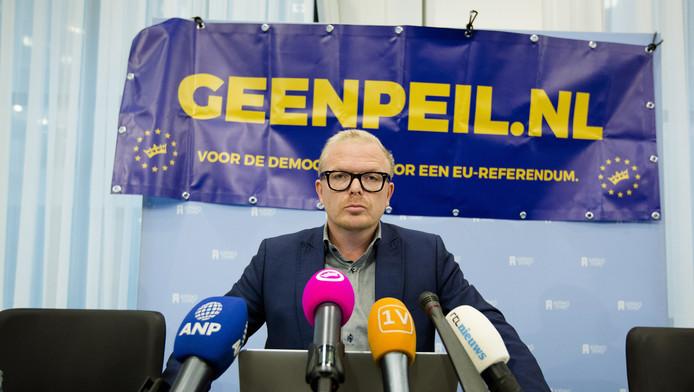 Jan Roos is campagneleider van GeenPeil. Zijn kinderen krijgen na een bedreiging bewaking op school.
