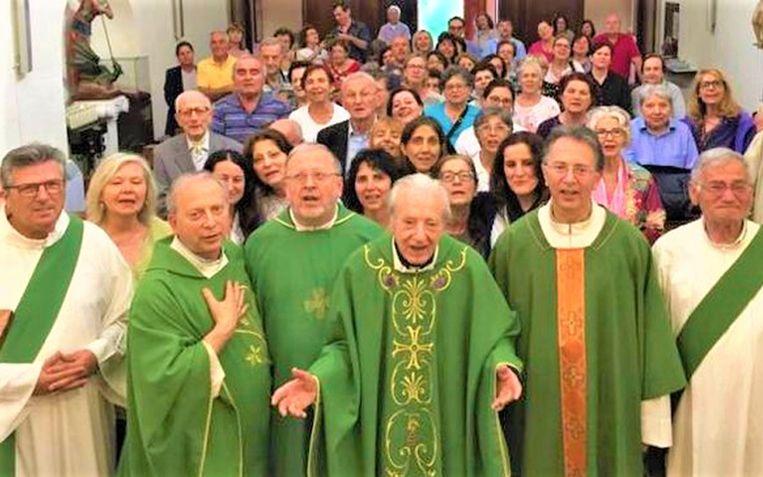 Probo Vaccarini viert zijn 100ste verjaardag met zijn vier zonen, die ook allemaal priester zijn.