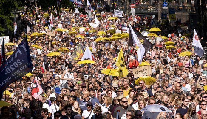 Demonstranten lopen door Amsterdam tijdens de manifestatie Samen voor Nederland, afgelopen weekend.