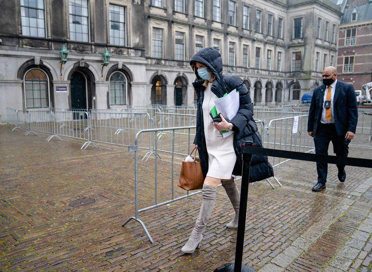 De aantekeningen waren duidelijk zichtbaar toen Ollongren, nadat zij een positieve uitslag van een coronatest had ontvangen, donderdagochtend het gebouw van de Tweede Kamer verliet.  Beeld EPA - Bart Maat