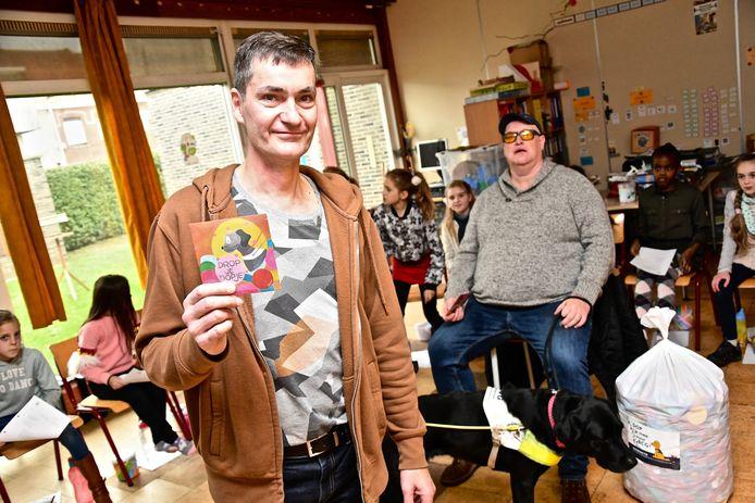 Meester Wim Pauwels met de cd, die drie euro kost.