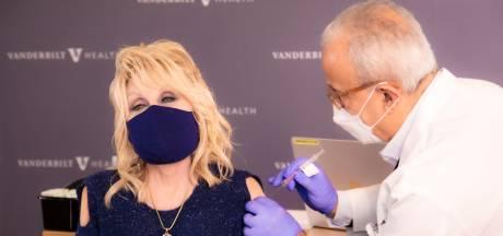 Dolly Parton maakt coronaversie van Jolene tijdens eerste prik met vaccin