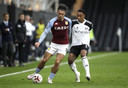 Kenny Tete in duel met Jack Grealish.