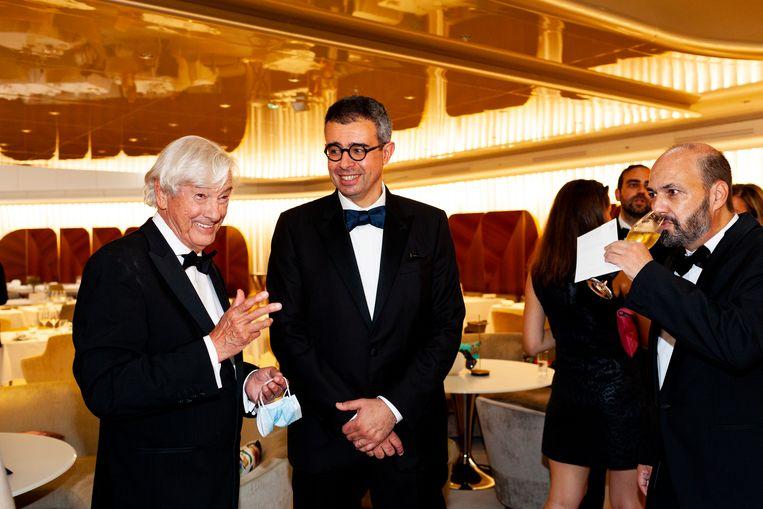 Paul Verhoeven in de lobby van het Marriott Hotel in Cannes, samen met producent Saïd Ben Saïd en scenarioschrijver David Birke, vlak voor de première van Benedetta. Beeld Renate Beense