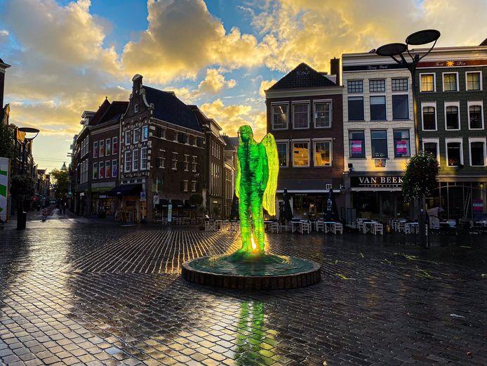 Het bekende Zwolse beeld van de aartsengel Michaël op fraaie wijze gefotografeerd door Lidy Uiterwijk.