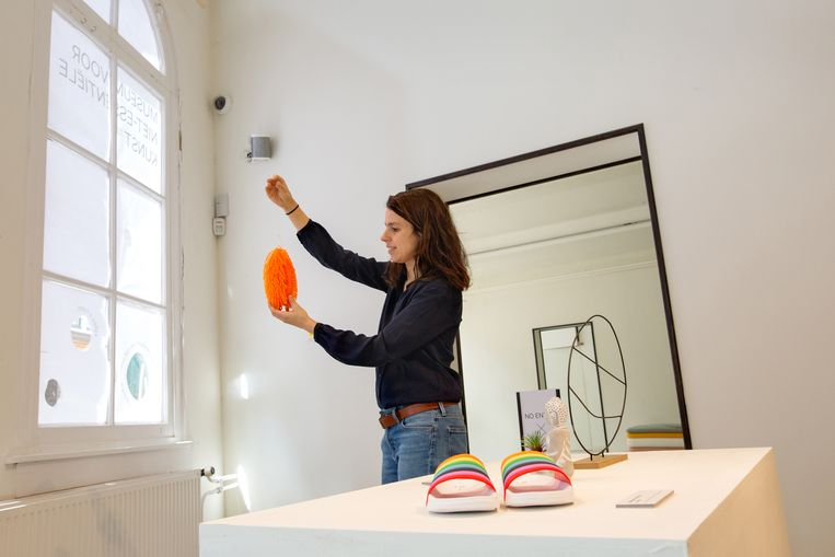 Annegien van Doorn kijkt waar ze haar werk op kan hangen in het museum voor niet-essentiele kunst.  Beeld Maartje Geels