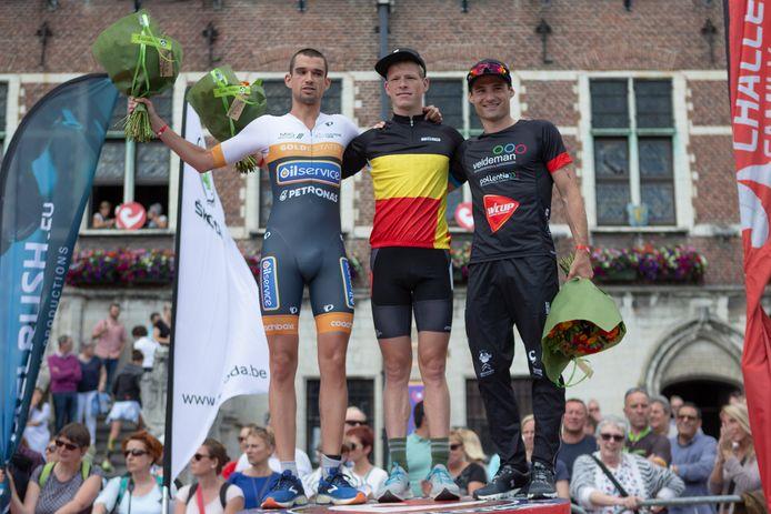 Het podium van de Challenge in Geraardsbergen twee jaar geleden met winnaar Pieter Heemeryck , Tom Mets (l.) en Pamphiel Pareyn (r.).