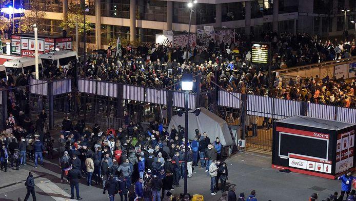 Mensen verlaten het stadion na de bomaanslagen