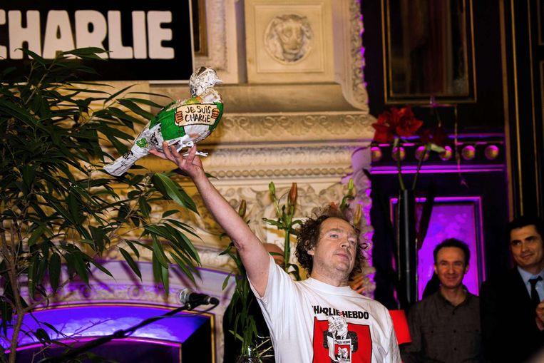 Jean-Claude Menu, de voorzitter van de vereniging Vrienden van Charlie, neemt de prijs in ontvangst. Beeld AFP