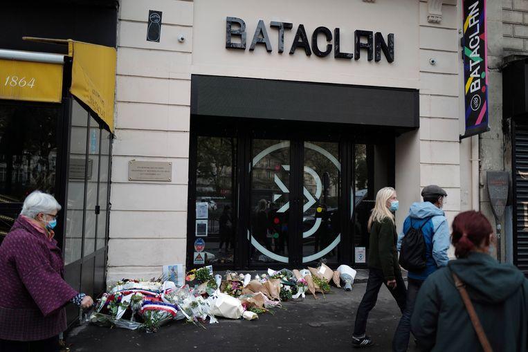 Beeld van 13 november dit jaar. Bloemen aan concertzaal Bataclan in Parijs, exact vijf jaar na de aanslagen. Beeld AP