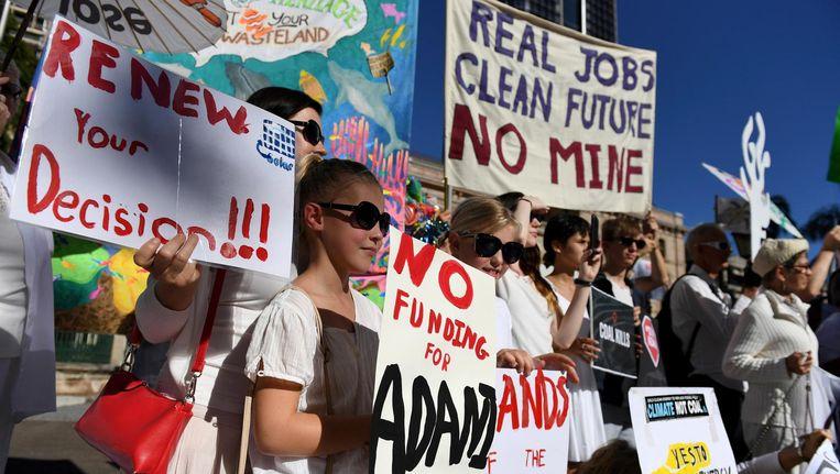 Beeld van protest tegen het mijnproject buiten het parlement in Brisbane. Beeld ap