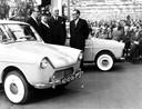 Burgemeester Truus Smulders-Beliën (tweede van links) neemt haar Daf 600 in ontvangst, in gezelschap van Hub (uiterst link) en Wim van Doorne (uiterst rechts) en jonkheer M. Smits van Oyen van Eckart, voorzitter van de Koninklijke Nederlandse Automobiel Club. Hij krijgt het eerste exemplaar.