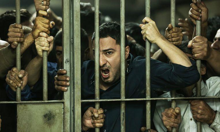 Drugsbaron Nasser (Navid Mohammadzadeh) in een volgepakte cel in Just 6.5. Beeld