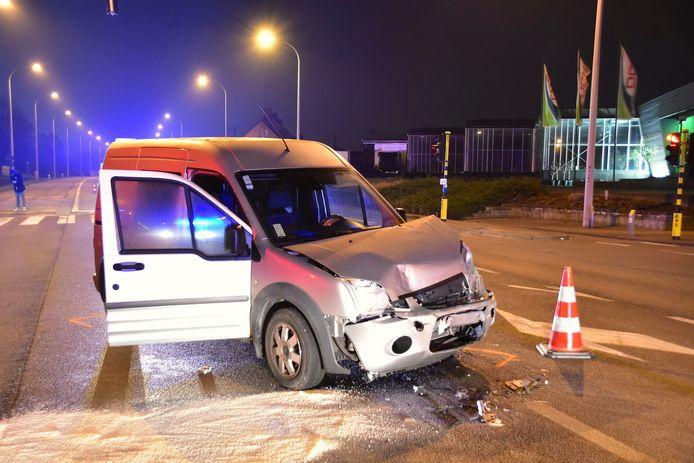 De Ford Transit Connect liep zware schade op bij de botsing op het kruispunt van de Rijksweg met de Rozebeeksestraat in Lendelede.